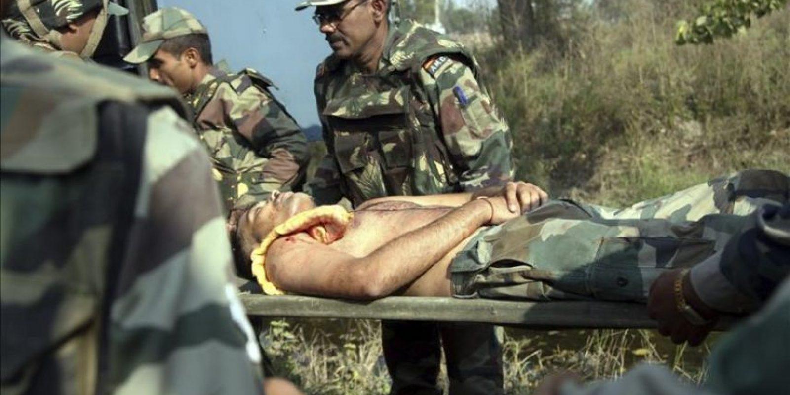 Miembros del ejército indio evacúan a un soldado herido tras un ataque de insurgentes en Pindi Khathar, Ramgarh, a unos 40 kilómetros de Jammu, en la zona de Cachemira administrada por la India, hoy, jueves 27 de noviembre de 2014. EFE