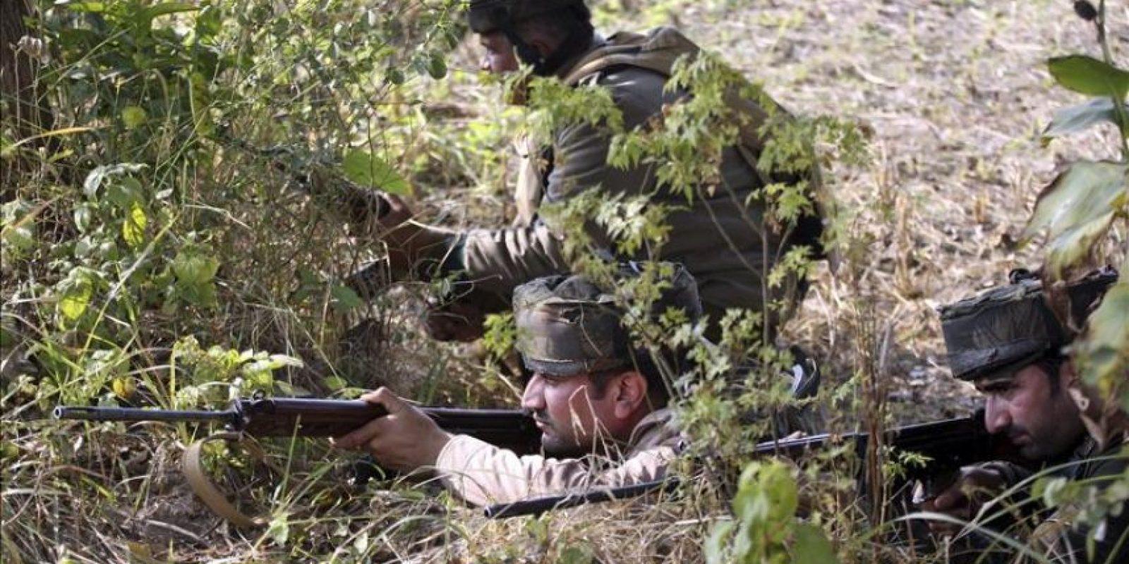 Unos soldados paramilitares indios toman posiciones durante un ataque de insurgentes en Pindi Khathar, Ramgarh, a unos 40 kilómetros de Jammu, en la zona de Cachemira administrada por la India, hoy, jueves 27 de noviembre de 2014. EFE