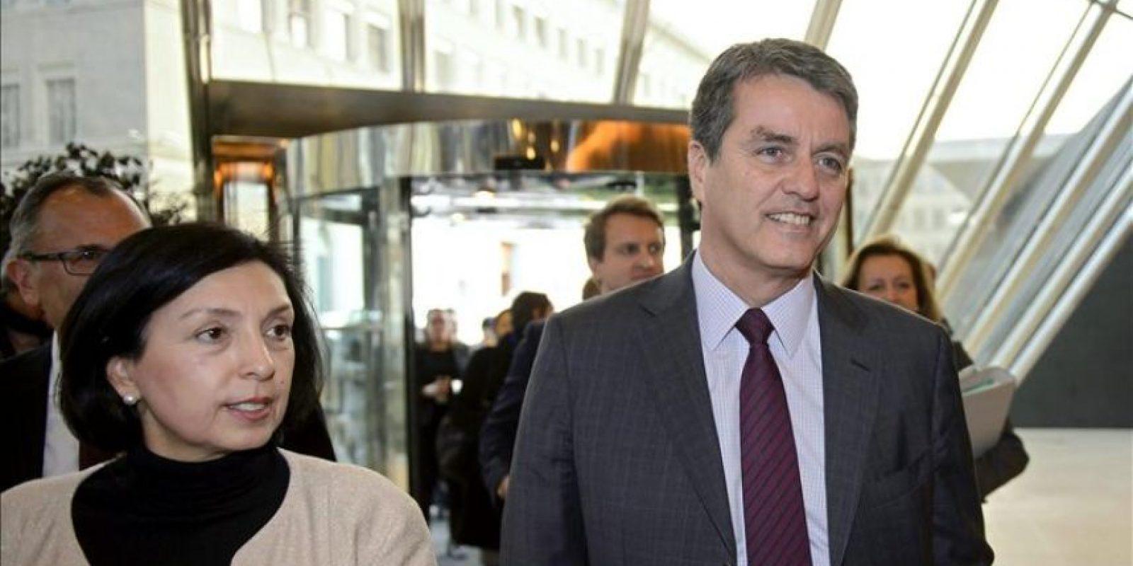 El director general de la Organización Mundial del Comercio (OMC), el brasileño Roberto Azêvedo (d), llega a una reunión extraordinaria del Consejo General de la organización en Ginebra, Suiza, hoy, jueves 27 de noviembre de 2014.