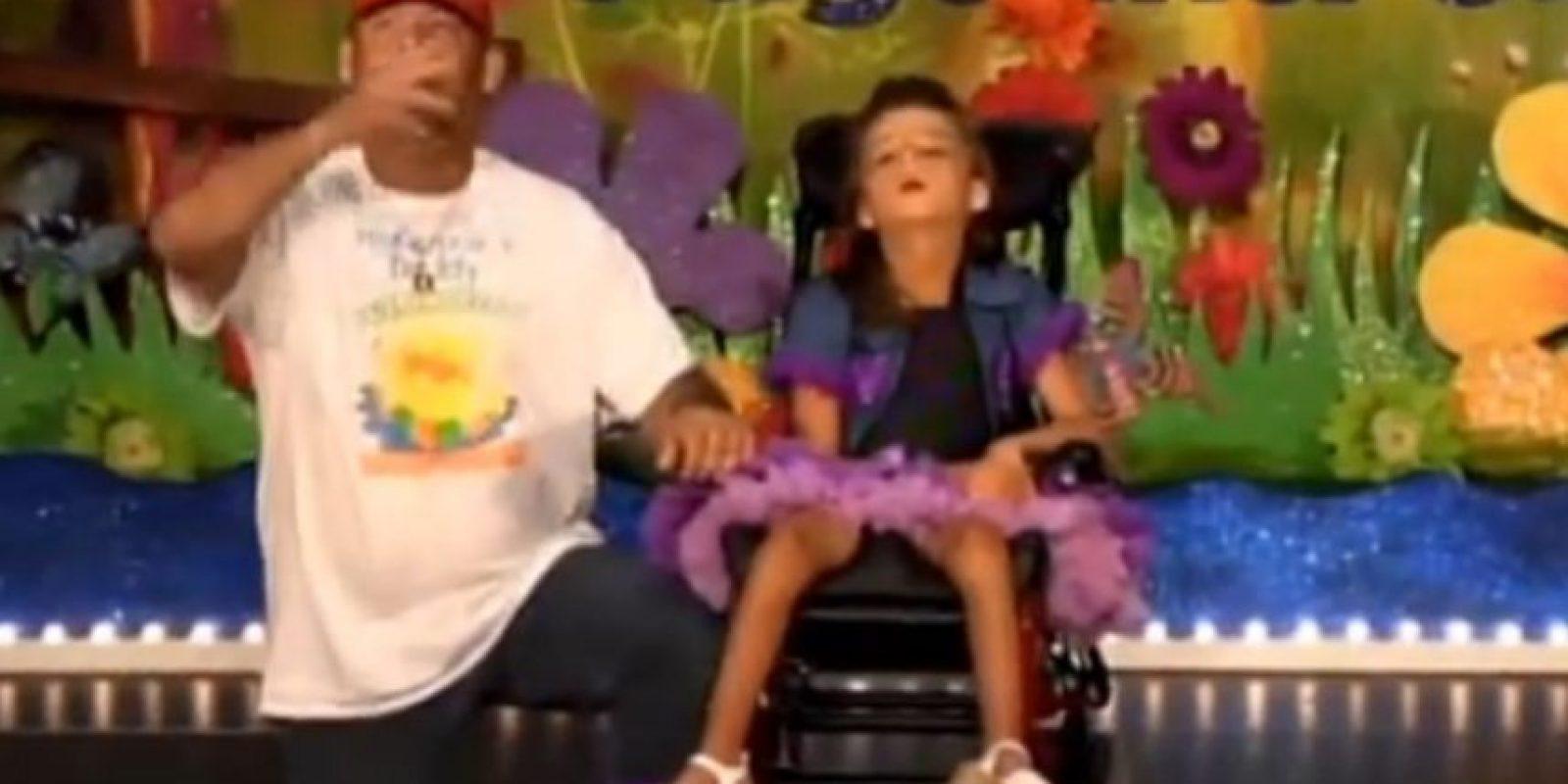 6. En una presentación escolar, este padre demostró a todos cuánto ama a su hija de 12 años, la cual no puede moverse debido a una enfermedad mitocondrial. Foto:Vía You Tube/McKenzies Hope