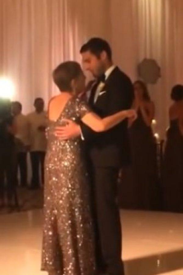 La mujer murió tres días después de este conmovedor momento que se dio el día de la boda de su hijo Foto:Vía You Tube