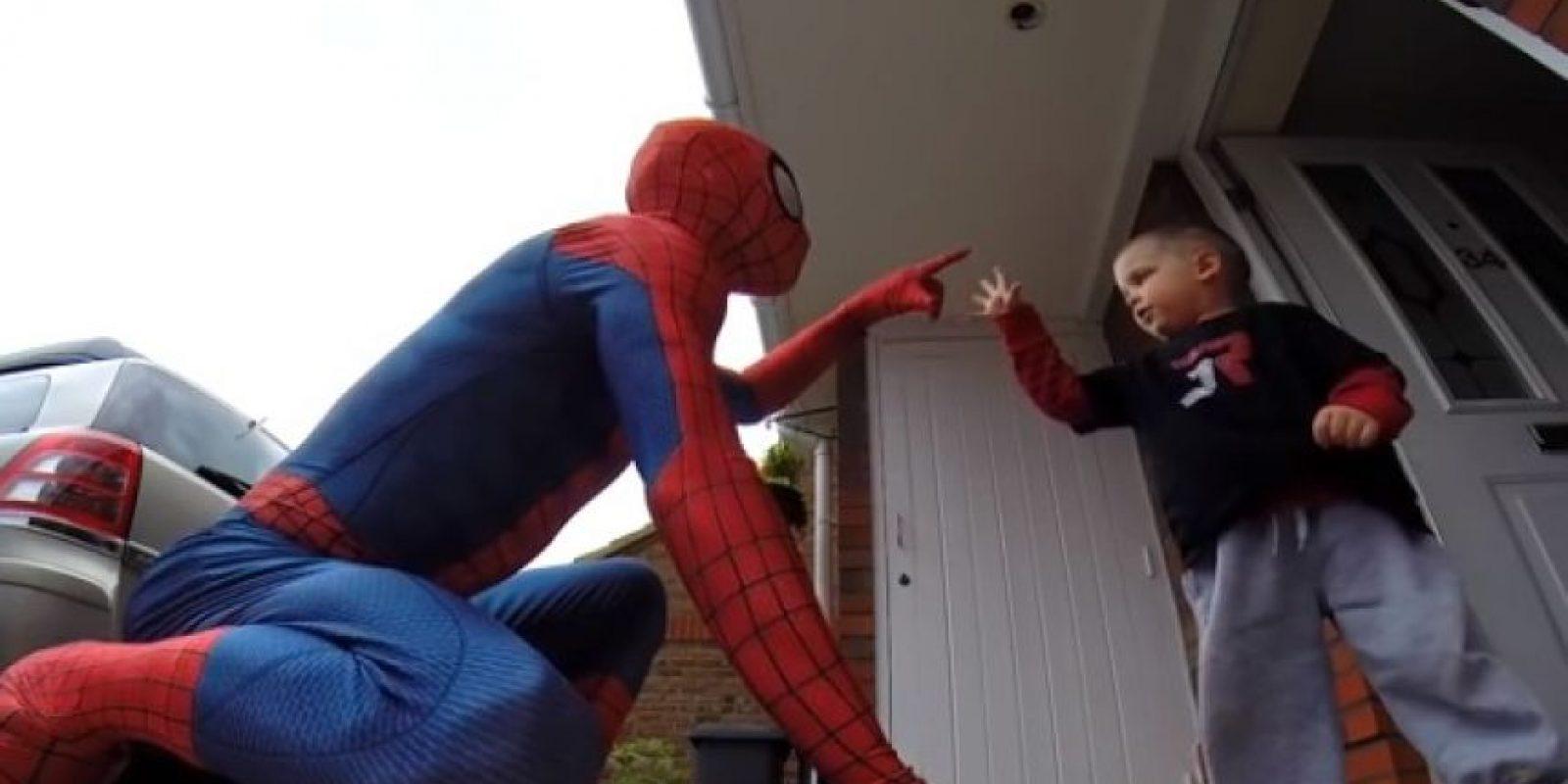 1. Padre se viste de Spiderman para sorprender a su hijito en su cumpleaños Foto:Vía Youtube
