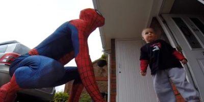 Con ayuda de dos diseñadores creó el traje perfecto de Spiderman para soprender a su hijo el día de su quinto cumpleaños. Foto:Vía Youtube