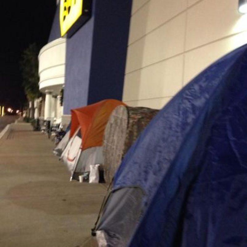 La gente acampó desde la madrugada del jueves en las afueras de los establecimientos comerciales Foto:Twitter
