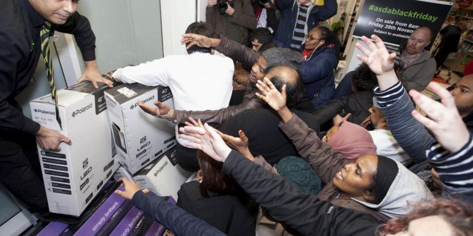 El frenesí por las compras se extendió también a Inglaterra Foto:AP