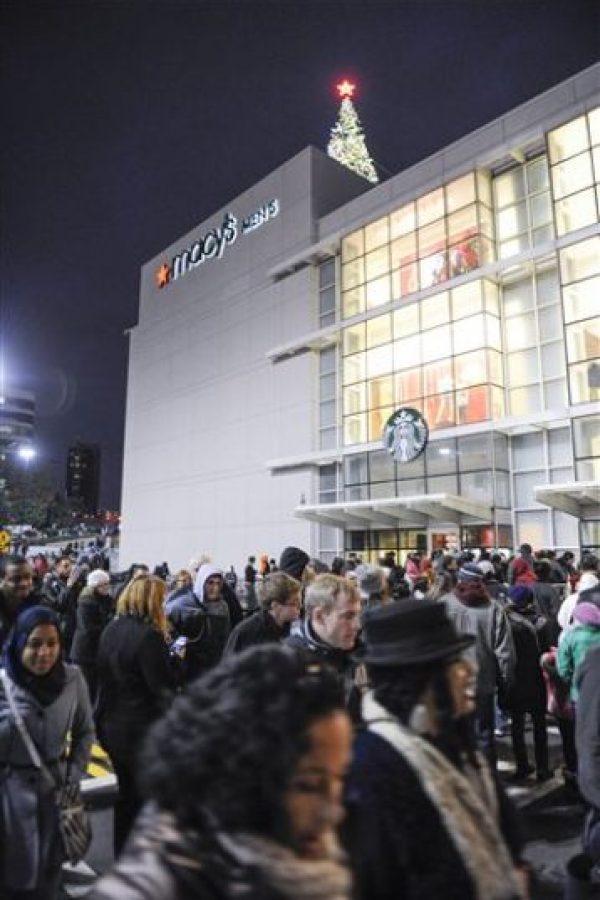 Compradores esperan la apertura de una tienda Macy's Foto:AP