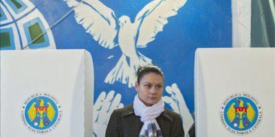 A mujer se dispone a depositar su voto en un colegio electoral de Criuleni, a 30 kilómetros de la capital de Moldovia. EFE