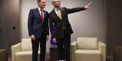 El nuevo presidente del Consejo Europeo (CE), el ex primer ministro polaco, Donald Tusk (i), es recibido por su antecesor, el belga Herman Van Rompuy, momentos antes de la ceremonia oficial de traspaso celebrada en la sede del CE en Bruselas (Bélg¡ca), hoy. EFE