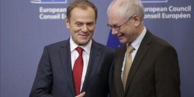 El nuevo presidente del Consejo Europeo (CE), el ex primer ministro polaco, Donald Tusk (i), es recibido por su antecesor, el belga Herman Van Rompuy, durante la ceremonia de traspaso celebrada en la sede del CE en Bruselas (Bélg¡ca), hoy. EFE