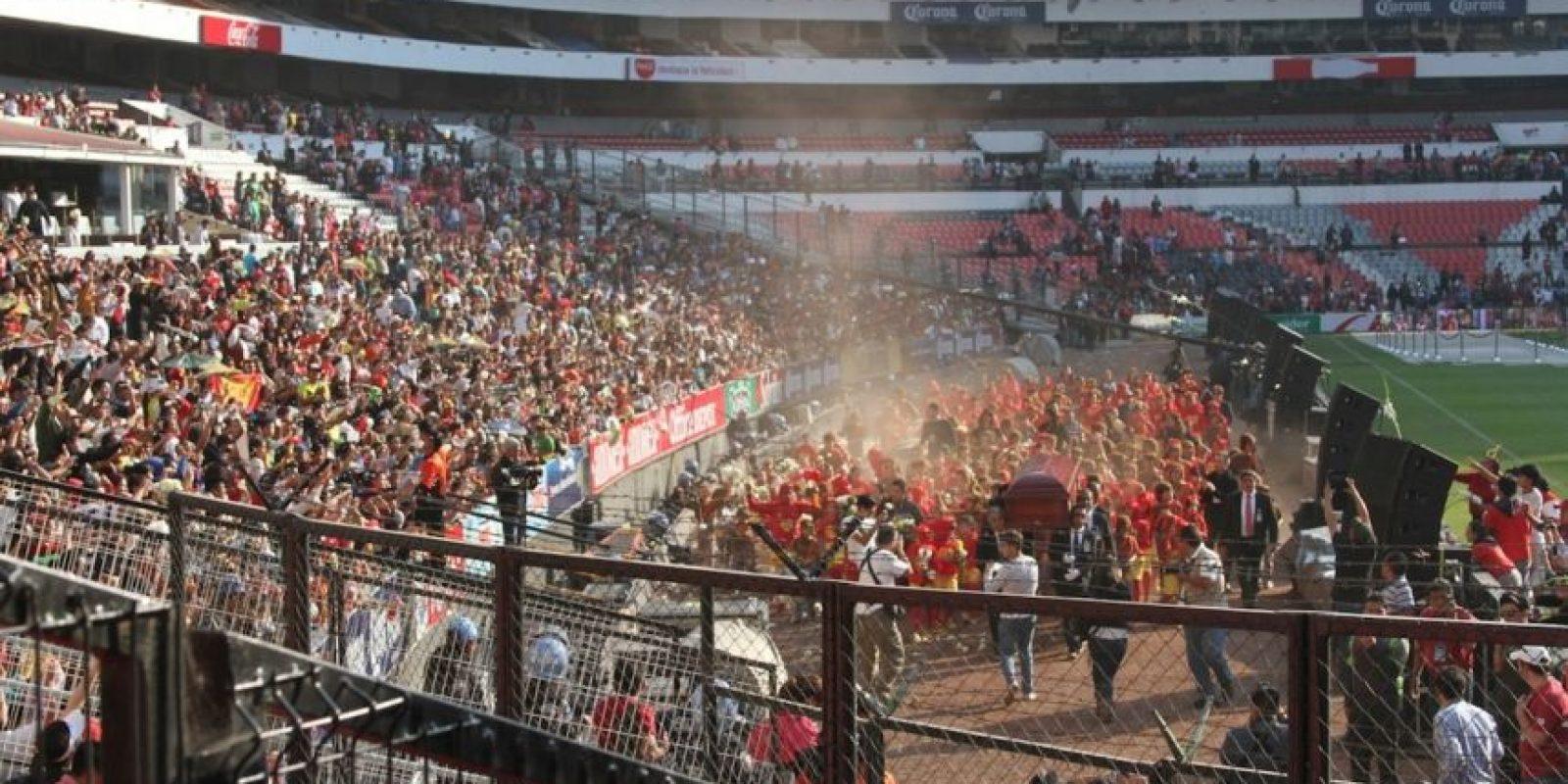 Miles de personas se aglutinaron para despedir al comediante en las vías hacia el Estadio Azteca. 40 mil llegaron al recinto deportivo para presenciar los homenajes y la ceremonia religiosa. Foto:Nicolás Corte/Publimetro México