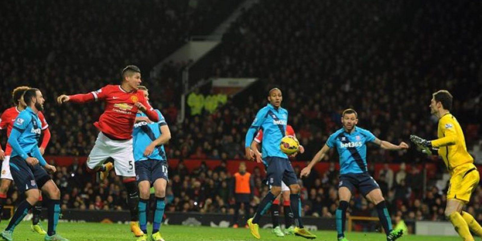 Marcos Rojo (3i) del Manchester United intenta cabecear ante el Stoke City durante un partido de la Liga Premier inglesa en el estadio Old Trafford de Manchester (Reino Unido). EFE