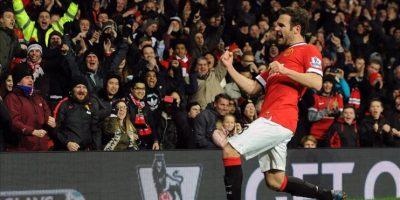 Juan Mata del Manchester United celebra su gol ante el Stoke City durante un partido de la Liga Premier inglesa en el estadio Old Trafford de Manchester (Reino Unido). EFE
