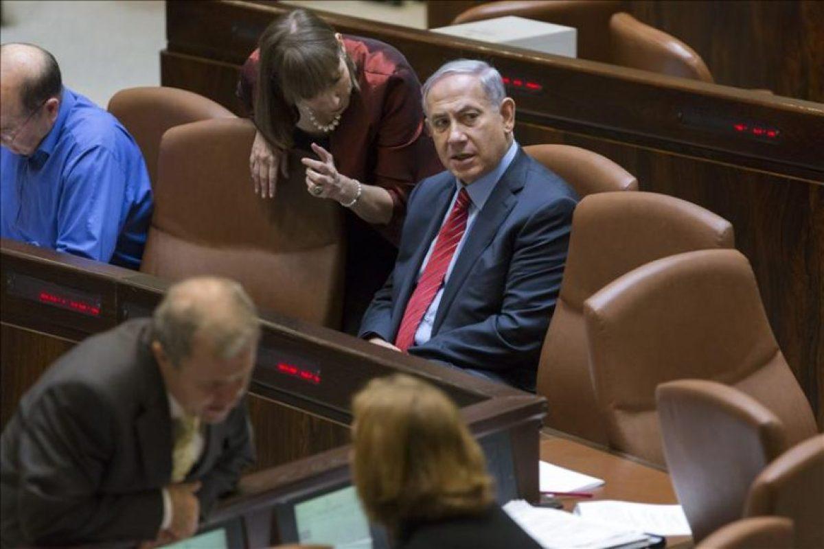 El primer ministro israelí, Benjamín Netanyahu (c), frente a la recién cesada ministra de Justicia, Tzipi Livni (c, en primer plano), durante el proceso de recuento de votos del proyecto de ley preliminar para disolver la legislatura y convocar elecciones anticipadas en el Parlamento o Knesset en Jerusalén (Israel), hoy. EFE
