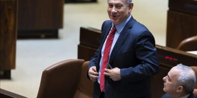 El primer ministro israelí, Benjamín Netanyahu (i), se abrocha el botón de la chaqueta durante la lectura preliminar del proyecto de ley para la disolución de la legislatura Parlamento y la convocatoria de elecciones anticipadas, en Jerusalén (Israel), hoy. EFE