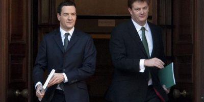 El ministro británico de Economía, George Osborne (i), y el jefe del Tesoro, Danny Alexander, abandonan la sede del Tesoro en Londres (Reino Unido), antes de exponer en la Cámara de los Comunes sus prioridades para el próximo presupuesto, hoy. El país celebrará sus elecciones generales en menos de seis meses. EFE