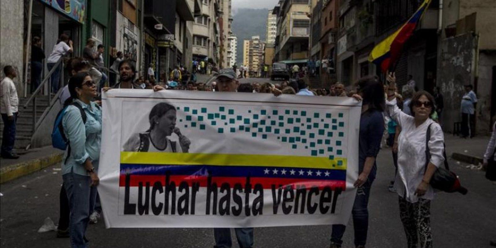 Seguidores de la exdiputada de la Asamblea Nacional (AN) y dirigente opositora María Corina Machado la apoyan a su llegada a la Fiscalía venezolana, este 3 de diciembre, en Caracas (Venezuela). EFE