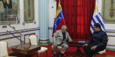 El presidente de Uruguay, José Mujica (i), sostiene una reunión con su homólogo venezolano, Nicolás Maduro, en el Palacio de Miraflores en Caracas (Venezuela). EFE
