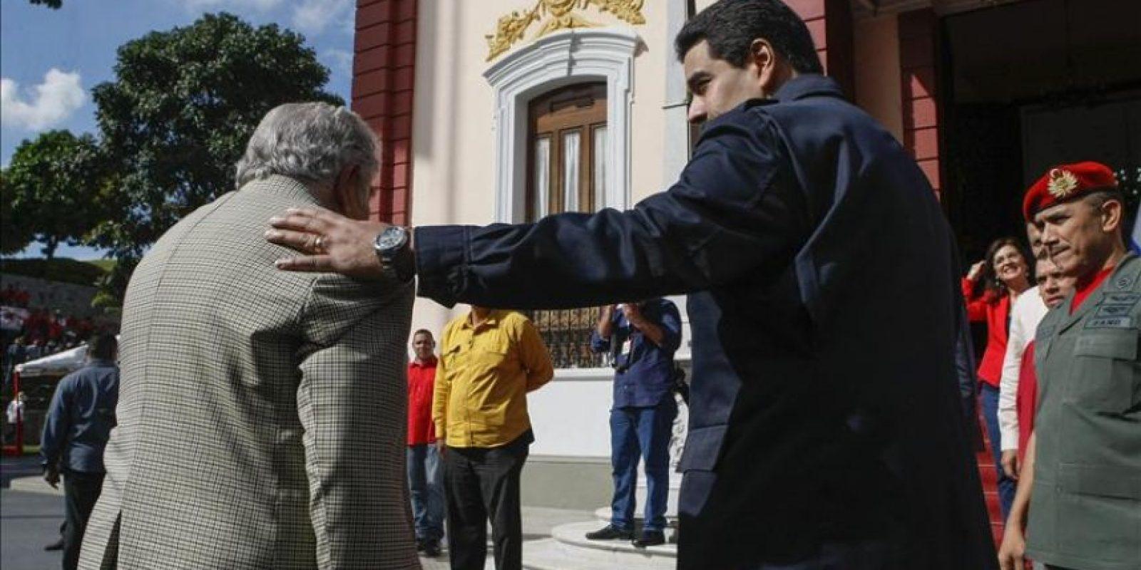 El presidente de Uruguay, José Mujica (i), saluda a su homólogo venezolano, Nicolás Maduro, hoy miércoles 3 de diciembre del 2014, a su llegada al Palacio de Miraflores en Caracas (Venezuela). EFE