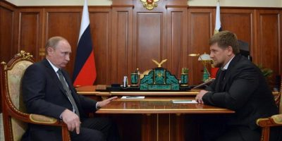 El presidente ruso, Vladimir Putin (i), se reúne con el líder de la república chechena, Ramzan Kadyrov (d), en el Kremlin, en Moscú (Rusia) hoy, jueves 4 de diciembre de 2014. EFE