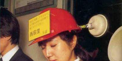 Este casco que avisa a los otros cuándo se debe bajar la pasajera. Foto:Oddee