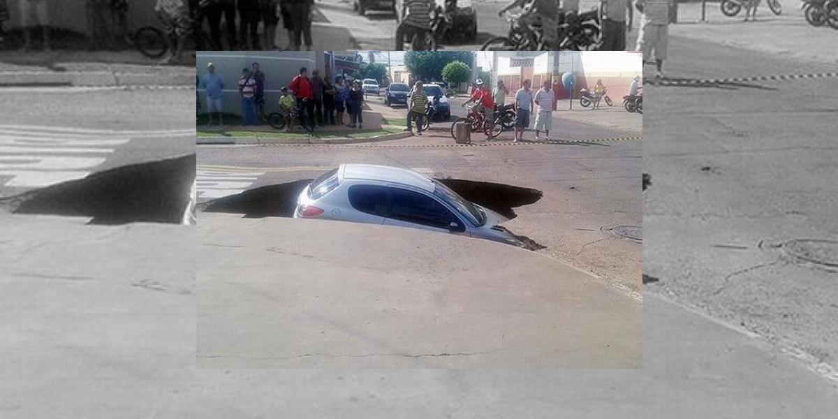 Calle se traga, literalmente, un carro en Brasil