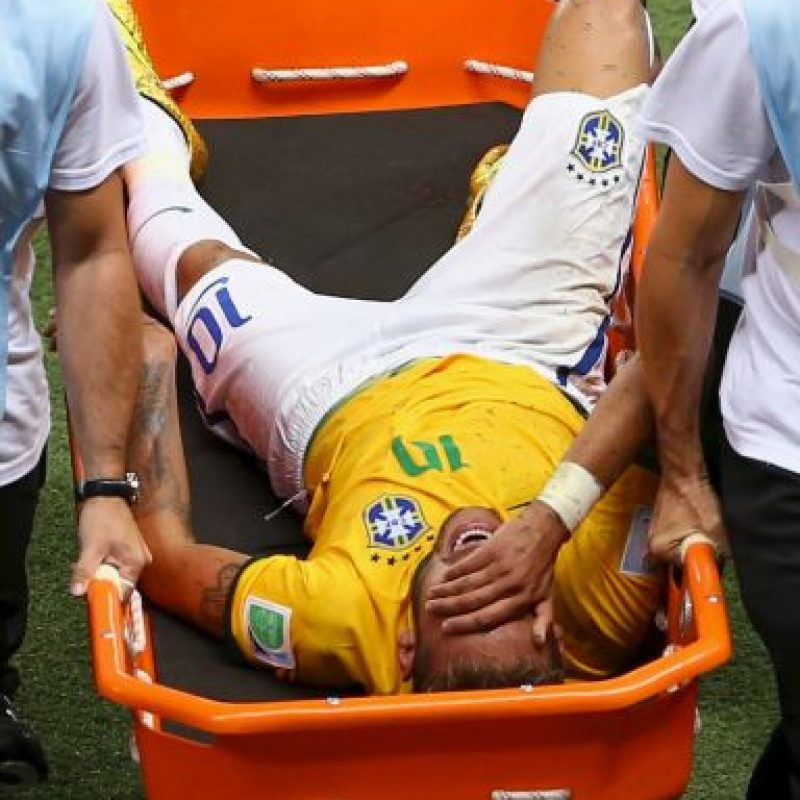 El brasileño sufrió una fractura transversal de la tercera vértebra lumbar en los cuartos de final del Mundial después de un rodillazo que le propinó el colombiano Camilo Zúñiga. Foto:Getty Images