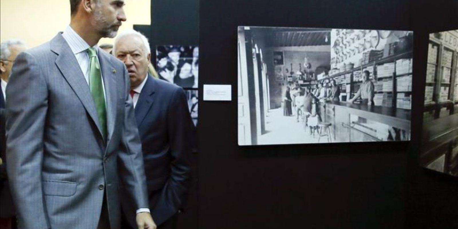El rey Felipe acompañado por el ministro de Asuntos Exteriores, José Manuel García-Margallo (2i), durante la visita que ha realizado a una exposición fotográfica sobre la emigración española durante el siglo XX, en la sede del Círculo Mercantil, en Veracruz. El rey Felipe VI llegó ayer a México para participar en la XXIV Cumbre Iberoamericana que se celebra el lunes 8 y el martes 9 de diciembre en Verazcruz (México). EFE