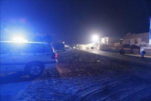 Fotografía donde se ve una zona acordonada donde un policía fue asesinado hoy, lunes 8 de diciembre de 2014, en Damustan norte de Bahrein. EFE