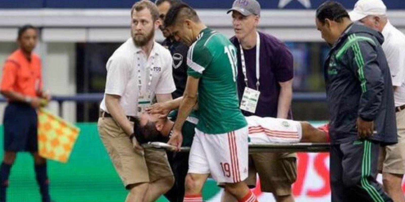 El jugador mexicano sufrió una fractura de tibia y peroné tras un choque con el ecuatoriano Segundo Castillo en un partido amistoso. Se perdió la Copa del Mundo. Foto:Twitter