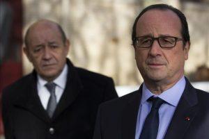 El presidente francés, François Hollande (d), junto a su ministro de Defensa, Jean-Yves Le Drian, durante una rueda de prensa celebrada en París, Francia, hoy. Hollande anunció la liberación del francés Serge Lazarevic, secuestrado en noviembre de 2011 por Al Qaeda en el Magreb Islámico (AQMI) en el noreste de Mali. EFE