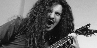 Dimebag Darrell – Pantera: El guitarrista de Pantera fue asesinado en un tiroteo el 8 de diciembre de 2004, mientras estaba en el escenario, tocando en un concierto en Damageplan, un club nocturno en Ohio, Estados Unidos. En el trágico episodio murieron tres personas más.