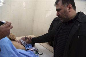 Un hombre se lamenta ante el cadáver del responsable palestino para Asuntos de las Colonias y el Muro, Ziad Abu Ein, hoy en un hospital cercano a Ramala (Cisjordania). Ziad Abu Ein, con rango de ministro, murió hoy en una carga del Ejército israelí en la Cisjordania ocupada. EFE