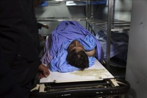 Un grupo de hombres traslada el cadáver del responsable palestino para Asuntos de las Colonias y el Muro, Ziad Abu Ein, a un hospital cercano a Ramala (Cisjordania). Ziad Abu Ein, con rango de ministro, murió hoy en una carga del Ejército israelí en la Cisjordania ocupada, según informó un portavoz de la Autoridad Nacional Palestina (ANP). EFE