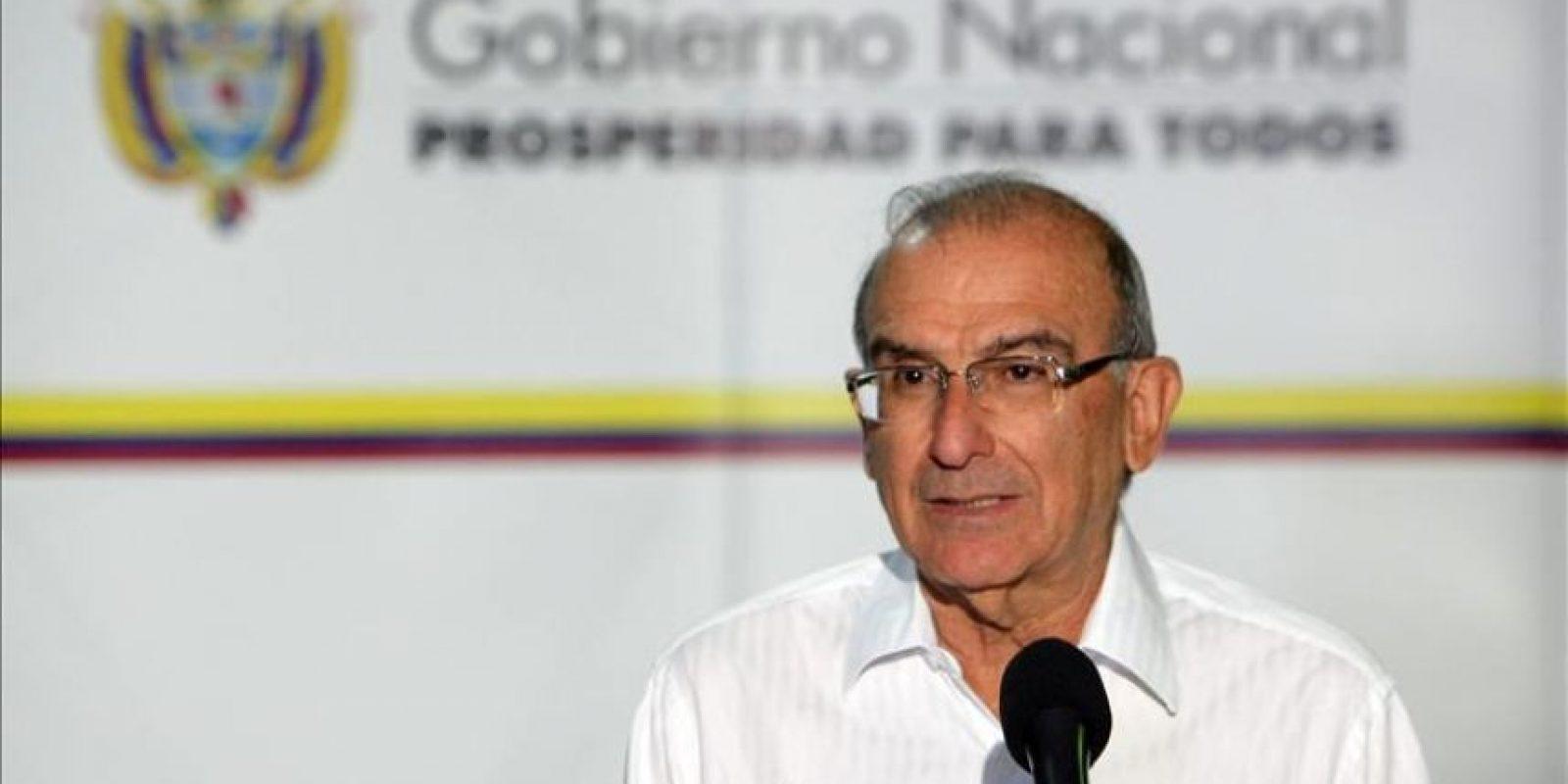 El jefe de la delegación del Gobierno colombiano en los diálogos de paz con las FARC, Humberto de la Calle, fue registrado este miércoles al leer un comunicado en el Palacio de Convenciones de La Habana (Cuba). EFE