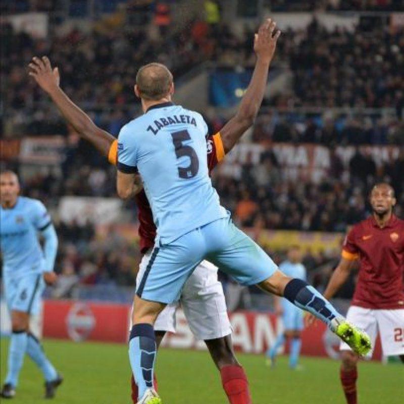 Mapou Yanga-Mbiwa del AS Roma en acción ante Pablo Zabaleta del Manchester City durante un partido del grupo E de la Liga de Campeones disputado en el estadio Olímpico en Roma, Italia. EFE