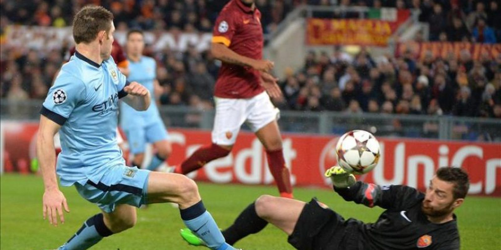 Morgan De Sanctis (d) del AS Roma en acción ante James Milner del Manchester City durante un partido del grupo E de la Liga de Campeones disputado en el estadio Olímpico, Italia. EFE
