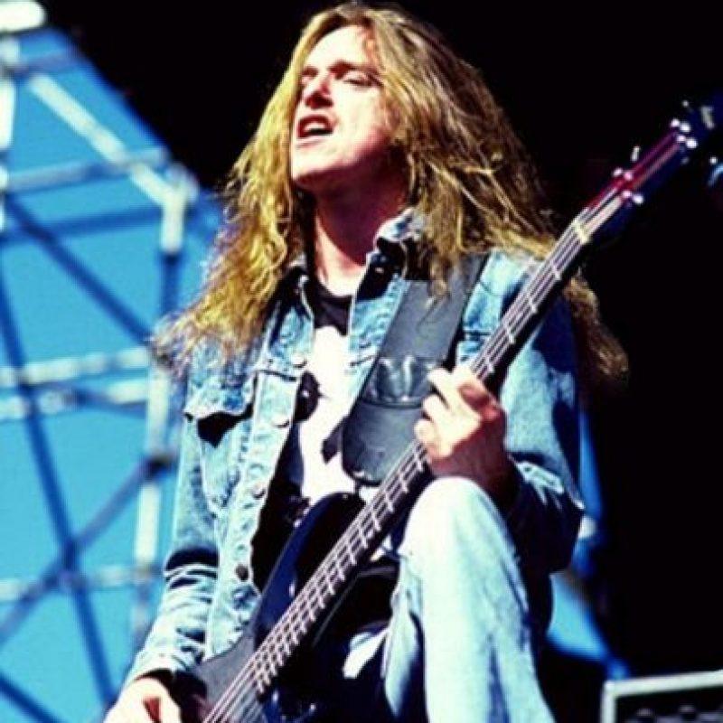 Cliff Burton – Metallica: El 27 de septiembre de 1986 luego de un concierto en Estocolmo, la banda se subió a su bus para dirigirse a Copenhague. A principios de esa noche, la banda eligió cartas al azar para asignarse los puestos en que dormirían, ya que todos querían dormir en la cama de Kirk Hammett. Cliff sacó un as de picas y, al ser el más alto, eligió dicho puesto. Alrededor de las 6:15 de la mañana, el conductor perdió el control del bus y rodó varias veces antes de llegar a su fin. Cliff salió disparado por la ventana y el bus le cayó encima. El informe del accidente declaró como causa de fallecimiento, una compresión torácica con una contusión pulmonar.