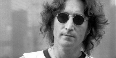 John Lennon – The Beatles: La muerte de Lennon es una de las más trágicas y más recordadas de la hisoria del rock. Fue asesinado también un 8 de diciembre, pero de 1980, por uno de sus más fervientes fanáticos, Mark David Chapman, a quien Lennon le había autografiado una copia del álbum Double Fantasy. Le disparó por la espalda cinco veces en la entrada de su edificio en Nueva York. Fue llevado al Hospital Roosevelt, pero fue declarado muerto a su llegada a las 11:20 p.m.