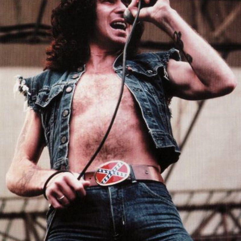 Bon Scott – AC/DC: El vocalista de la banda australiana de hard rock, murió por una broncoaspiración tras una intoxicación etílica, cuando tenía 33 años. Salió de una noche de copas con su amigo Alistair Kinnear, quien se ofreció a llevarlo hasta su apartamento. Durante el viaje, Kinnear percibió que Bon se había dormido y no pudo ni siquiera sacarlo del carro así que optó por llevárselo a su propia casa. Quince horas después se dio cuenta que Bon estaba inconsciente y lo llevó al hospital, pero infortunadamente, ya estaba muerto.