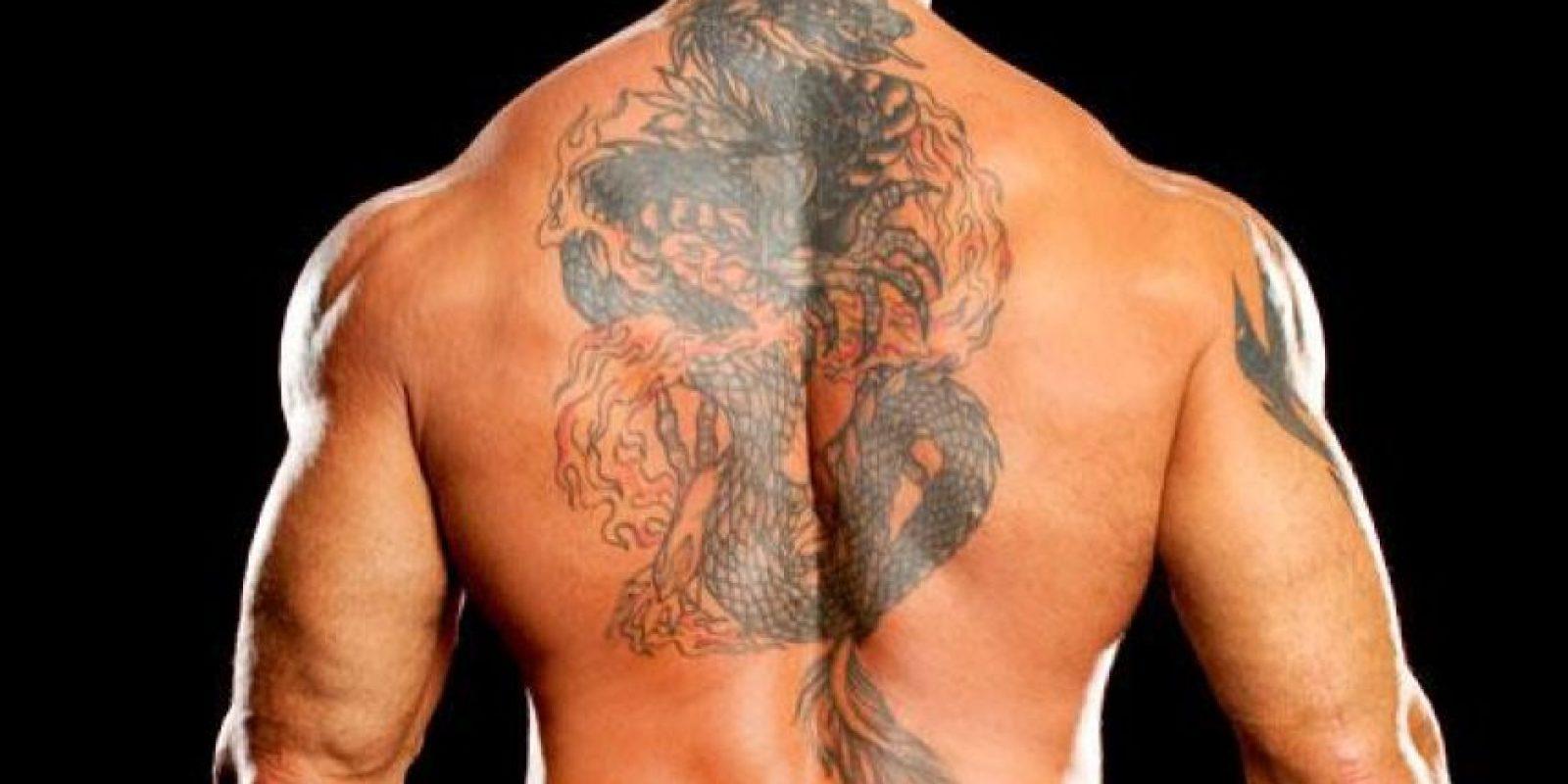 Tiene un gran dragón chino en la espalda, su pieza artística favorita, que significa fortuna y fertilidad. Foto:WWE