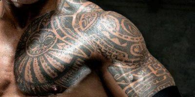 La Roca: El diseño tribal polinésico que tiene tatuado en su brazo izquierdo, con rasgos maoríes y samoanos, es para homenajear a sus ancestros Foto:WWE
