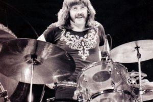 John Bonham – Led Zeppelin: El influyente baterista de Led Zeppelin, fue hallado muerto en una cama en la casa de Jimmy Page, de una sobredosis de alcohol luego de ingerir cuarenta tragos de vodka en un solo día.