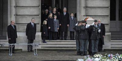 Varios soldados del batallón del cuerpo nacional de carabineros del rey Balduino llevan a hombros el ataúd de la reina Fabiola de Bélgica a las puertas del Palacio Real de Bruselas (Bélgica) hoy. EFE