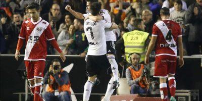 El delantero argentino del Valencia, Pablo Piatti (detrás) celebra con su compañero Alvaro Negredo el tercer gol de su equipo ante el Rayo Vallecano, durante el partido de la decimoquinta jornada de liga jugado en el estadio de Mestalla. EFE