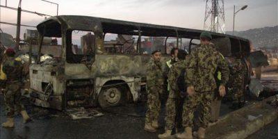 Soldados afganos inspeccionan el escenario de un ataque suicida con bomba contra un autobús del Ejército Nacional Afgano en Kabul, Afganistán. EFE