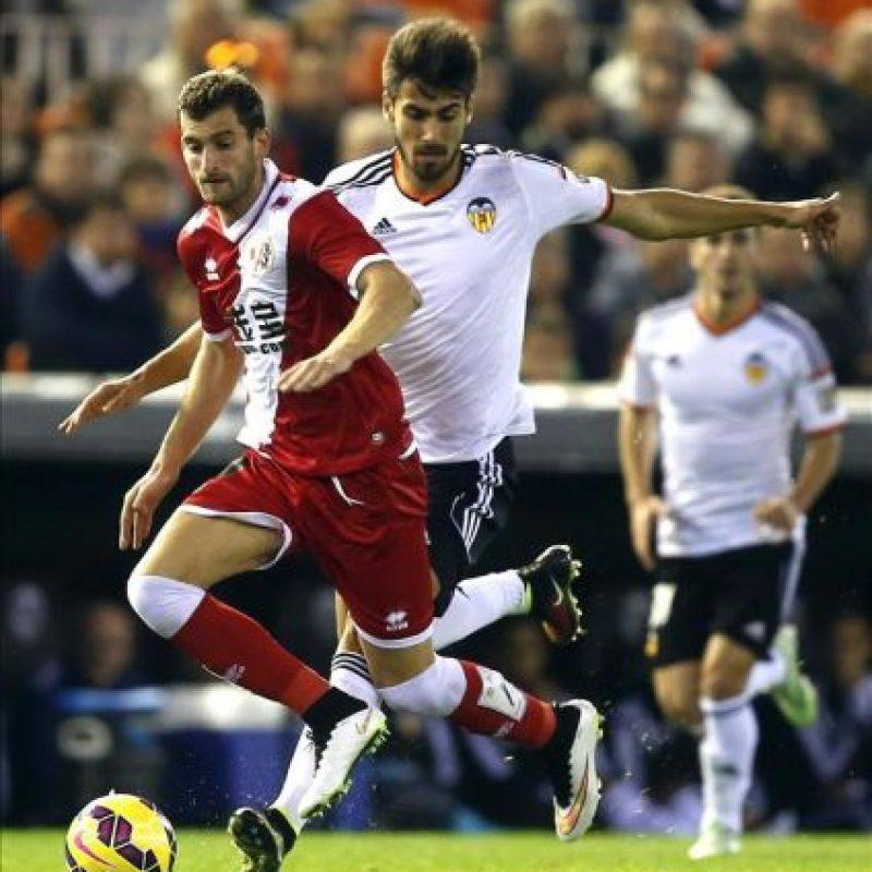 El centrocampista portugués del Valencia, Andre Gomes (d), disputa el balón con el delantero brasileño del Rayo Vallecano, Leo Baptistao, durante el partido de la decimoquinta jornada de liga que jugado en el estadio de Mestalla. EFE