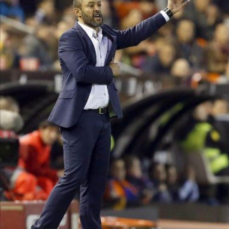 El entrenador del Valencia, el portugués Nuno Espirito Santo, da instrucciones a sus jugadores en su partido ante el Rayo Vallecano, de la decimoquinta jornada de liga que jugado en el estadio de Mestalla. EFE