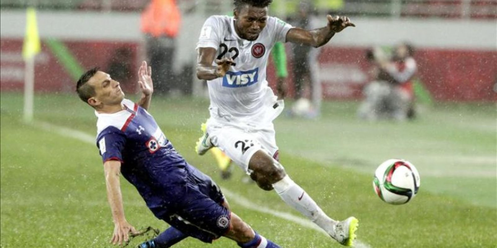 El jugador del Cruz Azul Christian Gimenez (I) trata de frenar a Seyi Adaeleka, del WS Wanderers FC durante el partido del Mundialito de Clubes que se está disputando en Rabat, Marruecos. EFE/EPA