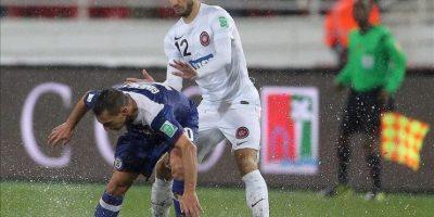 El jugador del Cruz Azul Christian Gimenez (i) intenta mantenerse en pie ante la presión de Nikita Rukavytsya, del WS Wanderers FC durante el Mundialito de Clubes que se está disputando en Rabat, Marruecos. EFE/EPA