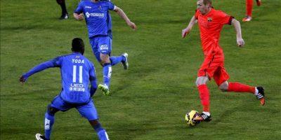 El defensa francés del Barcelona, Jérémy Mathieu (d) controla el balón rodeado de jugadores del Getafe, en el partido de la decimoquinta jornada de liga en Primera División que se disputó en el Coliseo Alfonso Pérez. EFE